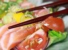 Lososový salát. Ryby nabízí Ebisu každý den čerstvé
