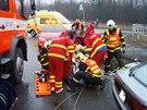 Ihned po vyproštění se řidiče ujali zdravotníci.
