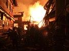 Podle zpr�vy agentury Nov� ��na ohe� propukl v noci a zachv�til ulice v�c ne�...