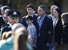 Smutečního obřadu se účastnila i rodina Šarona. Uprostřed jeho syn  Gilad (13....