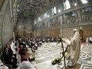 Papež František při křtu malých dětí ve vatikánské Sixtinské kapli přítomným...