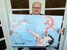 Kandidát na ministra kultury Daniel Herman ukazuje obraz, který dostal darem a...