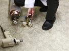 Před aplikací DNA vakcíny musí vědci natlakovat očkovací pistoli. Ta se plní...