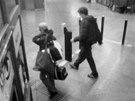 Muži odcházejí z vestibulu metra Hůrka