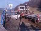 Celkový pohled na nehodu drezíny s osobním vozem na železničním přejezdu v...