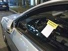 Luxusní vozy účastníků kongresu dostaly na boční okénko lísteček od strážníků....