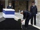 Izraelsk� prezident �imon Peres jako prvn� polo�il v�nec k rakvi Ariela �arona.