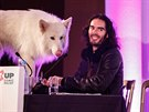 Russell Brand si zamiloval psa Jemimy Khanové Briana a bere ho všude s sebou.