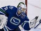 PUK V LAPAČCE. Eddie Lack, brankář hokejistů Vancouveru, zasahuje.