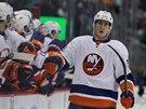 GRATULACE OD PARŤÁKŮ. Brock Nelson z týmu New York Islanders právě skóroval a...