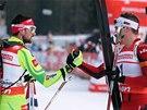 GRATULACE. Vítězný Emil Hegle Svendsen (vpravo) zalamuje palec s druhým Jakovem