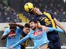 Luca Toni v dresu Hellas Verona si naskočil na centr v utkání proti Neapoli.