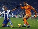 Cristiano Ronaldo z Realu Madrid vede míč, brání ho Hector Moreno z Espaňolu