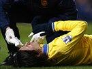 Lékař Arsenalu se snaží zastavit Rosického krvácení z nosu.
