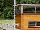Před přehříváním chrání interiér vnější pevné dřevěné slunolamy.