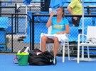 Petra Kvitová odpočívá v průběhu tréninku v Melbourne.