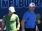 Srbský tenista Novak Djokovič (vlevo) se svým koučem Borisem Beckerem trénovali...