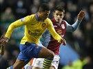 Fabian Delph z Aston Villy se snaží zstavit průnik Serge Gnabryho z Arsenalu.