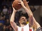Nymbursk� basketbalista Radoslav Ran��k (vlevo) se sna�� prosadit p�es br�n�c�