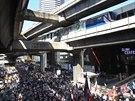Protivládní demonstranti se v pondělí sešli v obchodní čtvrti Siam. Cílem bylo...