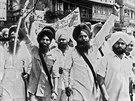 Na snímku z 16. dubna 1984 pochodují sikhští militanti ulicemi Amritsaru v...