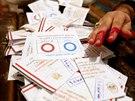 Na hlasovacích lístcích egypští voliči zatrhávali modré ano nebo červné ne nové...