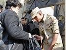 Před hlasovací místností v Káhiře vojáci prohlíželi všechny tašky, které měli...