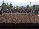 Vesničané z čínské vsi Ťien-še na jihozápadě provincie S'-čchuan čekají