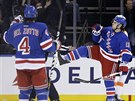 Daniel Carcillo a Michael Del Zotto z NY Rangers slaví gól.