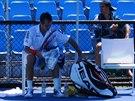 Radek Štěpánek se na Australian Open schovává před sluncem.