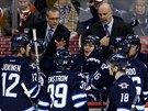 Paul Maurice, nový trenér Winnipegu, vysvětluje svým svěřencům svou představu.