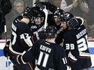 Hokejisté Anaheimu se radují z jednoho z devíti gólů do sítě Vancouveru.