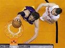 Pau Gasol z LA Lakers zakončuje na koš Phoenixu, o poznání menší a lehčí Goran...