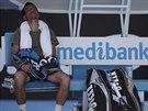 Bosenský tenista Damir Džumhur odpočívá při pauze během duelu s Tomášem...