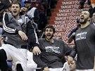 Kevin Love, Ricky Rubio a Nikola Pekovič (zleva) slaví trefu Minnesoty.