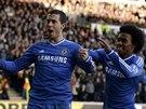Záložník Chelsea Eden Hazard (vlevo) slaví se spoluhráčem Willianem trefu do...