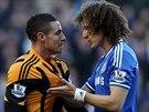 TAK HELE... David Luiz z Chelsea (vpravo) se v pr�b�hu duelu s Hullem pustil do...