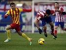 K ZEMI. Diego Costa z Atlética Madrid (vpravo) padá na trávník po střetu s...