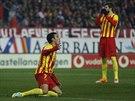 TO SNAD... Pedro Rodriguez z Barcelony gestikuluje během duelu na hřišti...