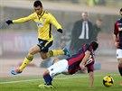 VYHNU SE. Felipe Anderson z Lazia Řím (ve žlutém) přeskočil Lazara...
