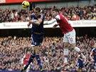 VZDUŠNÝ SOUBOJ. Dan Burn z Fulhamu (vlevo) se snaží získat balón před Olivierem...