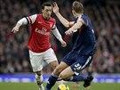 UHNEŠ MI? Mesut Özil z Arsenalu (v červeném) se žene k balónem dopředu - v...