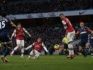 GÓL! Santi Cazorla z Arsenalu (třetí zleva) střílí branku v duelu proti Fulhamu.