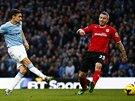 PO ZEMI AŽ DO BRÁNY. Jesus Navas z Manchesteru City (vlevo) vyslal přízemní...