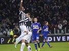 OSLAVA. Arturo Vidal (vlevo) slaví se spoluhráčem Giorgiem Chiellinim gól do...