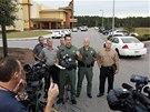 Policisté v Tampě na Floridě objasňují novinářům střelbu v kině.