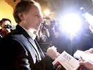 Dan Brown se po tiskové konferenci podepisoval fanouškům (15. ledna 2013)