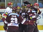 Hokejisté Sparty slaví branku Lukáše Klimka.