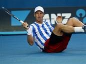 NA ZEMI. �esk� tenista Tom� Berdych v osmifin�le Australian Open upadl.