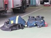 Každý hasič má vedle svého vozidla připravený oděv, aby se do něj v případě